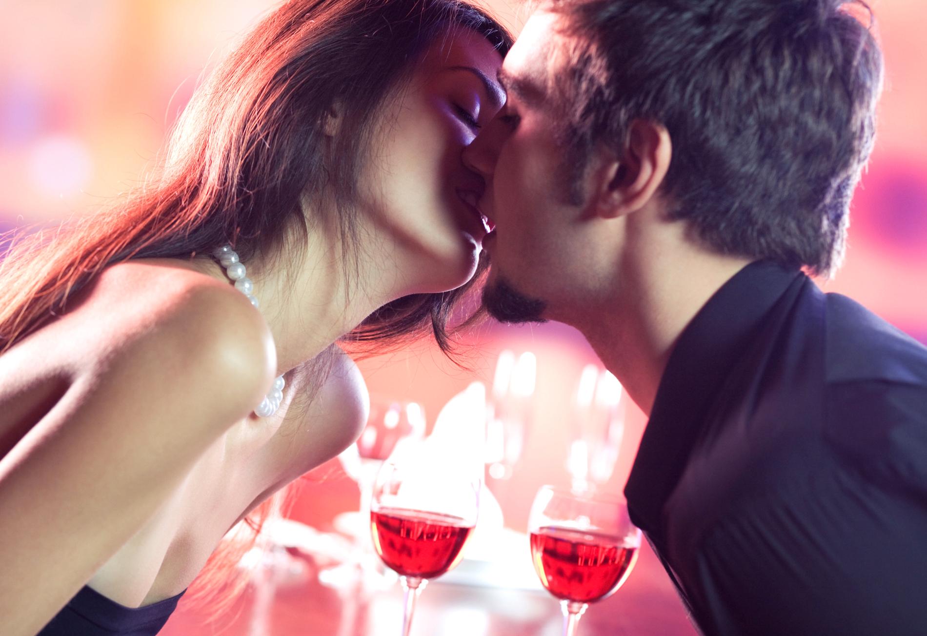 Мужчина и девушка поцелуи картинки