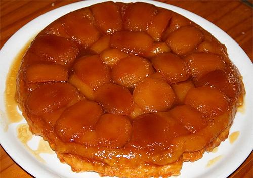 """вид французского, горячего яблочного пирога """"наизнанку"""", то есть после приготовления он сервируется в перевернутом виде"""