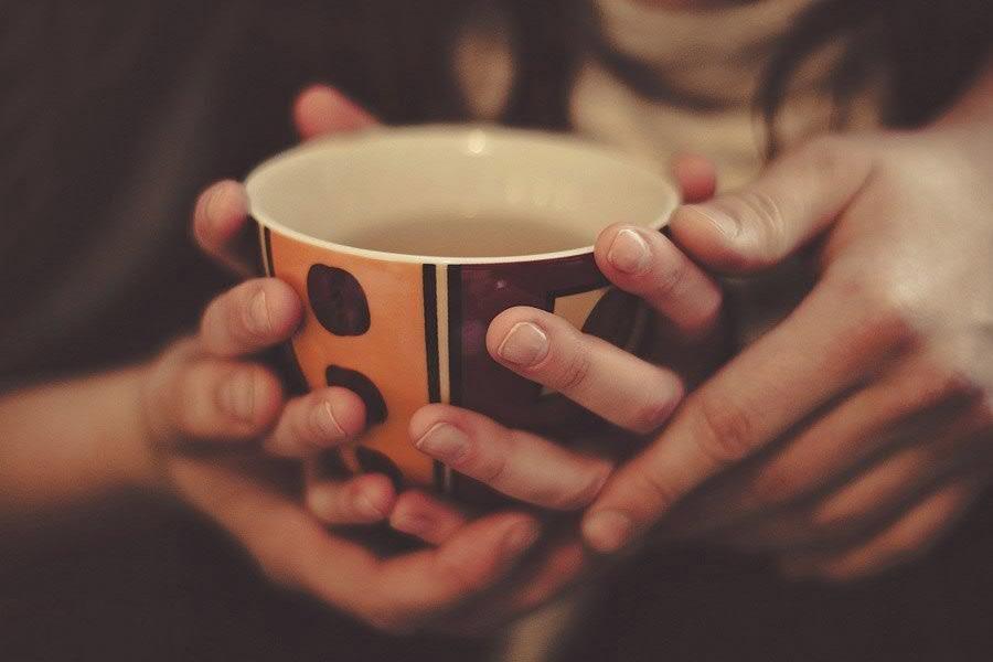 чашка кофе в руках на двоих картинки